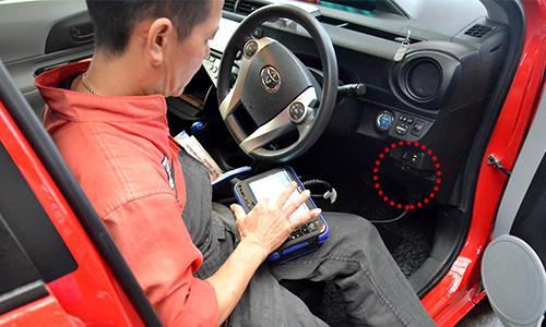 「G-scan2」と車の診断コネクタをつなぎます。